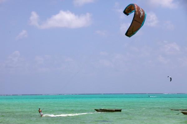 Die Top 10 Erlebnisse für Abenteurer auf Sansibar - Kitesurfing